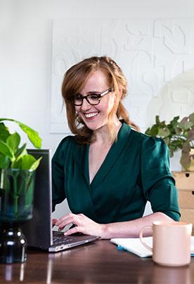 Liesbeth Smit achter bureau
